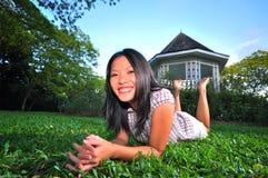 12个女孩愉快的公园 免版税库存照片