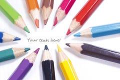 12个颜色集中柔和的淡色彩铅笔文本 库存照片