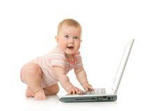 12婴孩查出小的膝上型计算机 库存照片