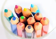 12支颜色柔和的淡色彩铅笔 图库摄影