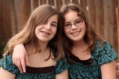 12 13 flickor tonårs- två Arkivfoton