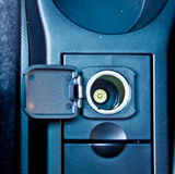 12 v-Leistunganschluß in einem Auto Stockbild