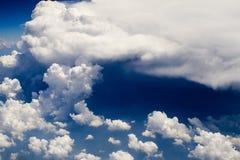 122朵云彩飞行视图 免版税库存图片