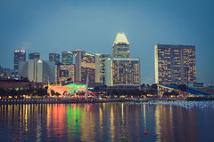 新加坡, 12月20,2013 :城市地平线的看法在晚上 免版税库存图片
