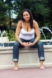 13 5 месяца multiracial беременной женщины Стоковая Фотография
