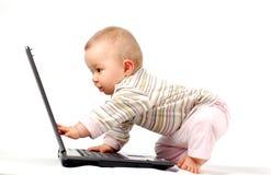 13 behandla som ett barn den lyckliga bärbar dator Arkivfoton