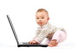13 behandla som ett barn den lyckliga bärbar dator Arkivbild
