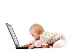 13 behandla som ett barn den lyckliga bärbar dator Arkivbilder