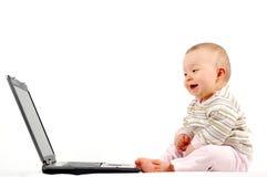 13 behandla som ett barn den lyckliga bärbar dator Royaltyfri Bild