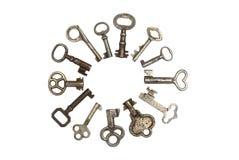 13 vieilles clés squelettiques en cercle d'isolement Images stock
