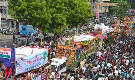 135th Rathyatra Festivalmasse auf den Straßen Lizenzfreie Stockbilder