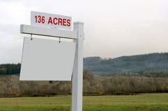 136 acres van Land voor het Teken van de Verkoop Stock Foto's