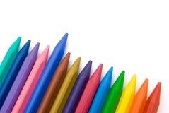 14个颜色蜡笔排队了 向量例证