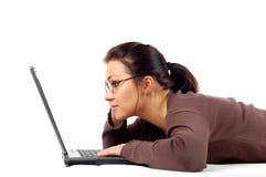 14台膝上型计算机妇女工作 免版税库存照片