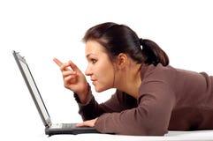 14台膝上型计算机妇女工作 免版税库存图片