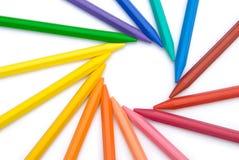 15个颜色蜡笔排队了 皇族释放例证