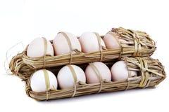 15 Eier packten im Stroh Stockfotos