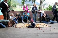 15 iluman september för ecuador grupp turister Arkivbild