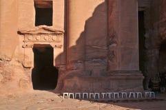 15 sillas en el Petra Fotos de archivo