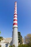 150 contadores de chimenea alta de la central eléctrica Imagenes de archivo