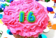 16 αριθμός εορτασμού cupcake Στοκ Εικόνες