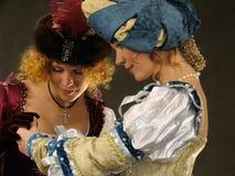 16 17 historiska århundradekläderflickor Fotografering för Bildbyråer