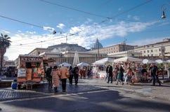 梵蒂冈,梵蒂冈1月6日:游人徒步圣伯多禄的广场 免版税图库摄影