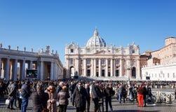 梵蒂冈,梵蒂冈1月6日:游人徒步圣伯多禄的 免版税库存照片