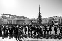 梵蒂冈,梵蒂冈1月6日:游人徒步圣伯多禄的 图库摄影
