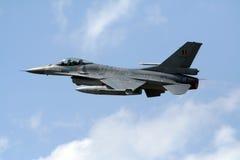 16 f战斗机起飞 免版税库存图片