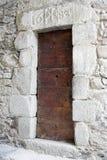 17世纪教会欧洲门侧面 免版税库存照片
