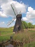 17世纪木风力驱动的市分排水设备泵。 免版税图库摄影