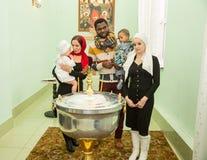 ΑΛΜΆΤΙ, ΚΑΖΑΚΣΤΑΝ - 17 ΔΕΚΕΜΒΡΊΟΥ: Τελετή βαπτίσματος στις 17 Δεκεμβρίου 2013 στο Αλμάτι, Καζακστάν. Στοκ Φωτογραφία