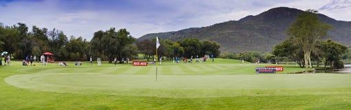 17mo verde - campo de golf del jugador de Gary - Pano Imágenes de archivo libres de regalías