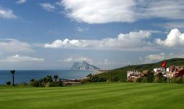 18ème vert sur le terrain de golf avec des vues vers le Gibraltar Photos libres de droits