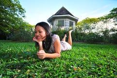 18个女孩愉快的公园 免版税库存图片