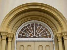 1856成拱形玻璃被弄脏的视窗 免版税图库摄影