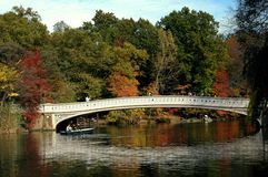 1864把弓桥梁中央nyc公园 免版税库存图片