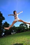 19个女孩愉快的公园 免版税库存图片