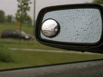 19汽车镜子雨 免版税库存照片