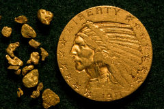 1911 indische Goldmünze des Kopf-$5 und Goldnuggets Stockfoto