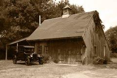 1927 T modelo Ford y granero viejo Imagen de archivo