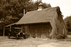 1927 vorbildliche T Ford u. alter Stall Stockbild