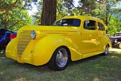 1930明亮的旧车改装的高速马力汽车s黄&#333 免版税库存图片