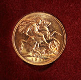 1931 Gold sovereign on  red background Royalty Free Stock Photos