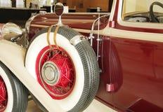 1932古董车左镜子老备用轮胎 库存照片