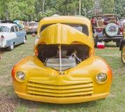 1948 Kolor żółty Ford Pickup frontowy widok Zdjęcia Stock