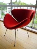 1950s: модернистский красный стул - сторона Стоковое Фото