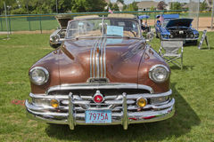 1951年Pontiac Chieftain正面图 库存照片