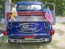 1954年福特F100卡车背面图 库存图片